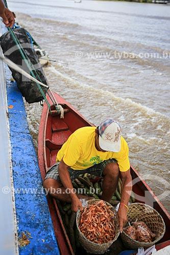 Assunto: Barco com produtos à venda navegando ao lado do barco que faz a travessia entre Belém (PA) e Manaus (AM) / Local: Breves - Pará (PA) - Brasil / Data: 03/2014