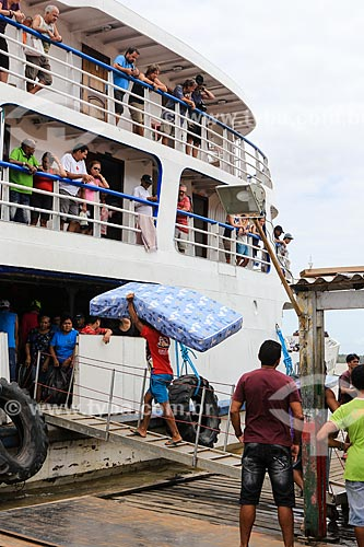 Assunto: Passageiros embarcando no porto da cidade de Almeirim / Local: Almeirim - Pará (PA) - Brasil / Data: 03/2014