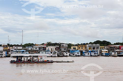 Assunto: Posto de gasolina flutuante com barcos no porto de Parintins ao fundo / Local: Parintins - Amazonas (AM) - Brasil / Data: 03/2014