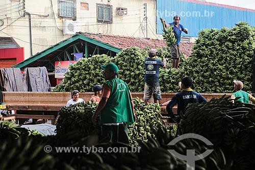 Assunto: Descarregamento de cachos de bananas ainda verdes no Mercado Municipal Adolpho Lisboa / Local: Manaus - Amazonas (AM) - Brasil / Data: 04/2014