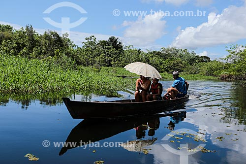 Assunto: Família em barco durante a cheia do Rio Madeira / Local: Distrito de Nazaré - Porto Velho - Rondônia (RO) - Brasil / Data: 04/2014