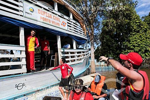 Assunto: Barco da defesa civil durante a cheia do Rio Madeira / Local: Distrito de Nazaré - Porto Velho - Rondônia (RO) - Brasil / Data: 04/2014