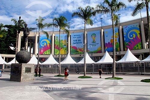 Assunto: Estátua do Bellini na entrada principal do Estádio Jornalista Mário Filho (1950) / Local: Maracanã - Rio de Janeiro (RJ) - Brasil / Data: 05/2014
