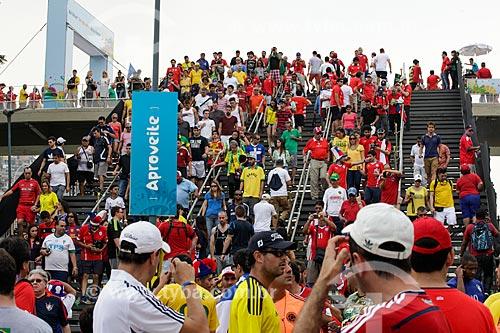 Assunto: Torcedores do Chile em passarela provisória próxima ao Estádio Jornalista Mário Filho - também conhecido como Maracanã - chegando ao jogo entre Espanha x Chile / Local: Maracanã - Rio de Janeiro (RJ) - Brasil / Data: 06/2014