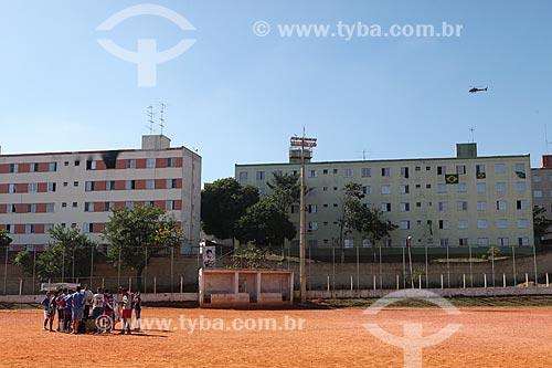 Assunto: Meninos jogando futebol em campo de terra próximo à Arena Corinthians / Local: Itaquera - São Paulo (SP) - Brasil / Data: 06/2014