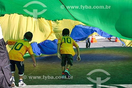 Assunto: Crianças sob bandeira do Brasil próximo à Arena Corinthians / Local: Itaquera - São Paulo (SP) - Brasil / Data: 06/2014
