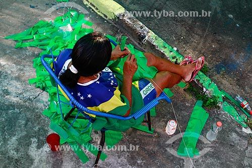 Assunto: Torcedora decorando a Rua Santa Isabel com as cores do Brasil para a Copa do Mundo / Local: Praça 14 de Janeiro - Manaus - Amazonas (AM) - Brasil / Data: 06/2014