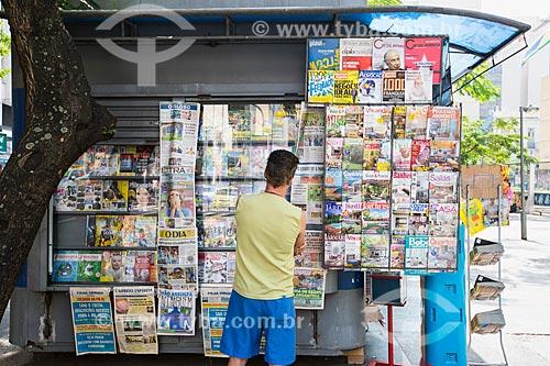 Assunto: Homem lendo as capas de revistas expostas na banca de jornal / Local: Catete - Rio de Janeiro (RJ) - Brasil / Data: 06/2014