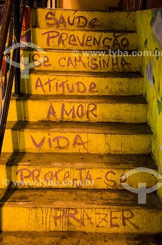 Assunto: Detalhe de escadaria com mensagem de prevenção de doenças no Morro dos Prazeres / Local: Santa Teresa - Rio de Janeiro (RJ) - Brasil / Data: 07/2013
