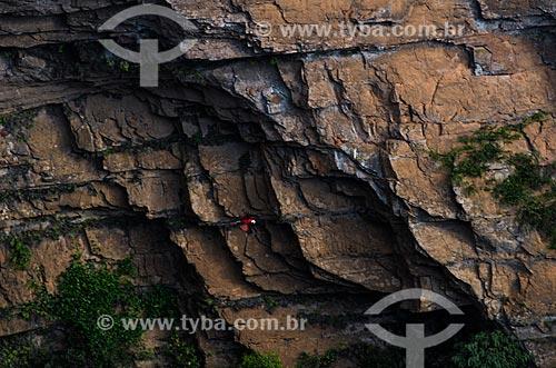 Assunto: Arara sobrevoando formação rochosa na Chapada dos Guimarães / Local: Chapada dos Guimarães - Mato Grosso (MT) - Brasil / Data: 07/2013