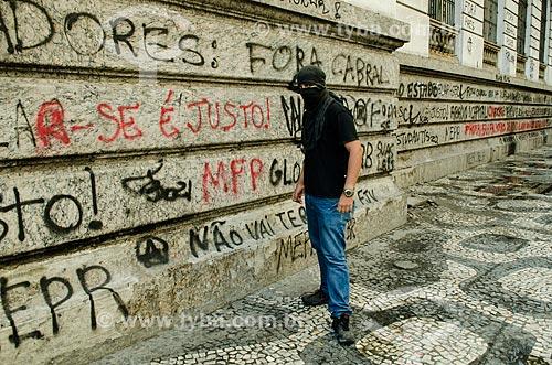 Assunto: Manifestante Black Block em frente à Câmara de Vereadores do Rio de Janeiro - Movimento Ocupa Câmara / Local: Centro - Rio de Janeiro (RJ) - Brasil / Data: 10/2013