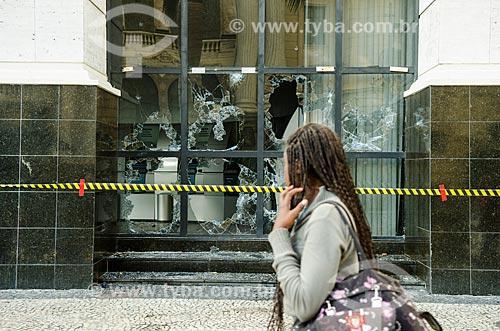 Assunto: Mulher passando em frente a agência bancária do Banco do Brasil na Avenida 13 de Maio depredada após manifestações no centro da cidade / Local: Centro - Rio de Janeiro (RJ) - Brasil / Data: 10/2013