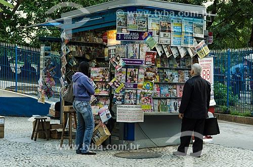 Assunto: Homem lendo jornais expostos na banca de jornal / Local: Centro - Rio de Janeiro (RJ) - Brasil / Data: 10/2013
