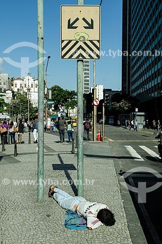 Assunto: Morador de rua dormindo próximo ao cruzamento da Avenida Nilo Peçanha com Avenida Rio Branco / Local: Rio de Janeiro (RJ) - Brasil / Data: 10/2013