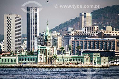 Assunto: Vista da Ilha Fiscal a partir da Baía de Guanabara com o prédios ao fundo / Local: Centro - Rio de Janeiro (RJ) - Brasil / Data: 05/2014