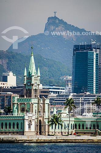 Assunto: Vista da Ilha Fiscal a partir da Baía de Guanabara com o Cristo Redentor ao fundo / Local: Centro - Rio de Janeiro (RJ) - Brasil / Data: 05/2014