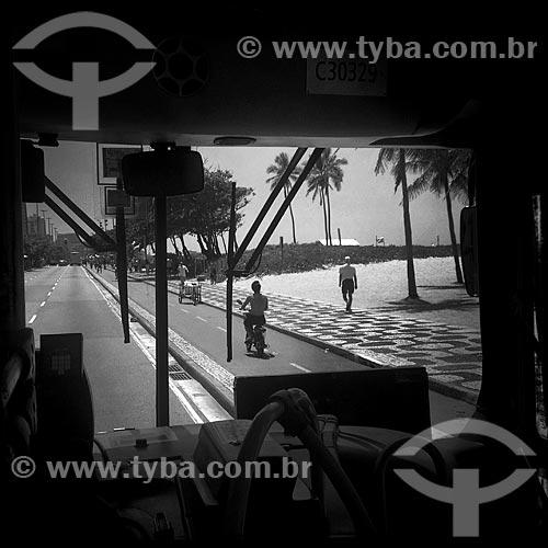 Assunto: Vista do calçadão da Praia de Ipanema a partir do interior de ônibus - foto feita com IPhone / Local: Ipanema - Rio de Janeiro (RJ) - Brasil / Data: 12/2013