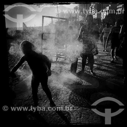Assunto: Criança tomando banho em chuveiro do calçadão da Praia de Ipanema - foto feita com IPhone / Local: Ipanema - Rio de Janeiro (RJ) - Brasil / Data: 12/2013
