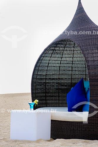 Assunto: Coquetel e poltrona em estilo bubble de palha no C Beach Club / Local: Distrito de Savanne - Maurício - África / Data: 11/2012