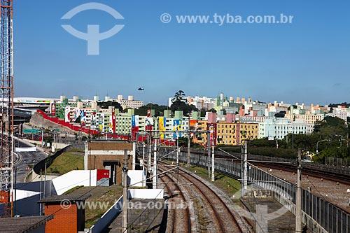 Assunto: Trilho da linha do metrô próximo à Arena Corinthians com prédios decorados ao fundo / Local: Itaquera - São Paulo (SP) - Brasil / Data: 06/2014