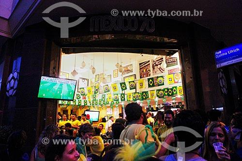 Assunto: Pessoas assistindo ao jogo entre Camarões x Brasil pela Copa do Mundo no Brasil / Local: Copacabana - Rio de Janeiro (RJ) - Brasil / Data: 06/2014