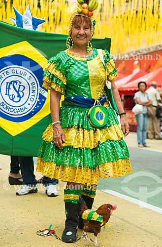 Srª Maria de Lourdes e Galo Fred no Alzirão (Rua Alzira Brandão) durante o jogo entre Camarões x Brasil pela Copa do Mundo no Brasil  - Rio de Janeiro - Rio de Janeiro - Brasil