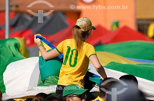 Assunto: Mulher com bandeira do Brasil próximo à Arena Corinthians / Local: Itaquera - São Paulo (SP) - Brasil / Data: 06/2014