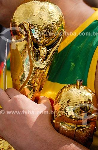 Assunto: Torcedor segurando uma réplica do troféu da Copa do Mundo da FIFA chegando ao jogo entre Bélgica x Rússia pela Copa do Mundo no Brasil / Local: Maracanã - Rio de Janeiro (RJ) - Brasil / Data: 06/2014