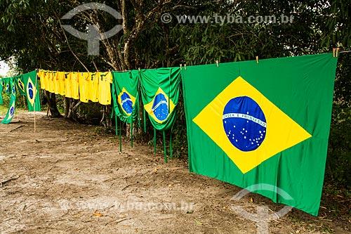 Assunto: Bandeiras do Brasil e camisas da Seleção Brasileira à venda na rodovia SC-402 / Local: Florianópolis - Santa Catarina (SC) - Brasil / Data: 06/2014