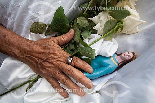 Assunto: Mulher com imagem de Iemanjá em suas mãos na Festa de Nossa Senhora da Conceição da Praia - Padroeira da Bahia / Local: Salvador - Bahia (BA) - Brasil / Data: 12/2010