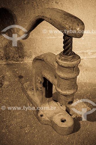 Assunto: Prensa para botão de ilhões ou botão de pressão / Local: Estúdio / Data: 03/2013