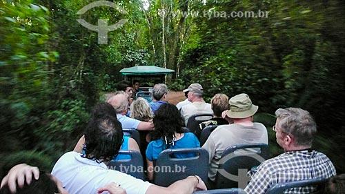 Assunto: Turistas na trilha para as Cataratas do Iguaçu em veículo elétrico - Macuco Safari / Local: Foz do Iguaçu - Paraná (PR) - Brasil / Data: 05/2008