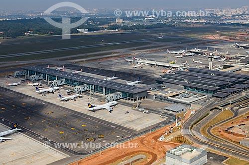 Assunto: Foto aérea dos terminais 3 e 2 do Aeroporto Internacional de São Paulo-Guarulhos Governador André Franco Montoro (1985) / Local: Guarulhos - São Paulo (SP) - Brasil / Data: 06/2014