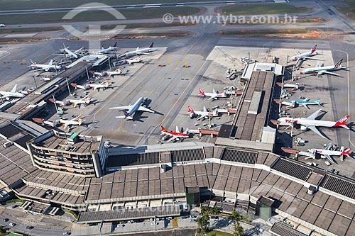 Assunto: Foto aérea dos terminais 1 e 2 do Aeroporto Internacional de São Paulo-Guarulhos Governador André Franco Montoro (1985) / Local: Guarulhos - São Paulo (SP) - Brasil / Data: 06/2014