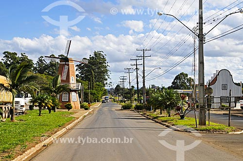 Assunto: Rua de Holambra II com moinho típico holandês como peça decorativa / Local: Holambra II - Paranapanema - São Paulo (SP) - Brasil / Data: 04/2014