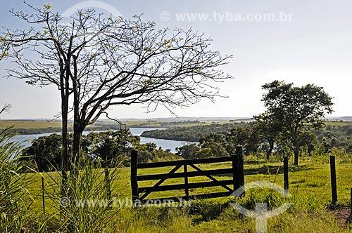 Assunto: Porteira e pasto com Lago Jurumirim ao fundo / Local: Piraju - São Paulo (SP) - Brasil / Data: 04/2014