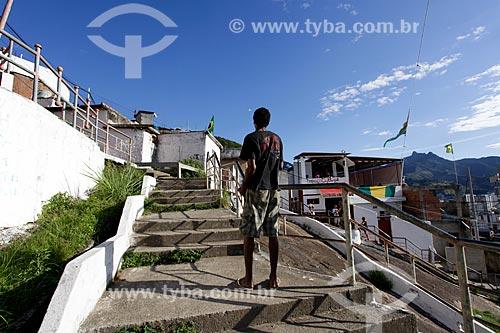 Assunto: Homem empinando pipa no Morro do Salgueiro / Local: Tijuca - Rio de Janeiro (RJ) - Brasil / Data: 07/2014
