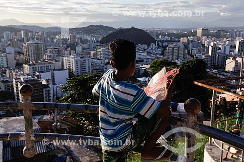Assunto: Menino empinando pipa no Morro do Salgueiro / Local: Tijuca - Rio de Janeiro (RJ) - Brasil / Data: 07/2014