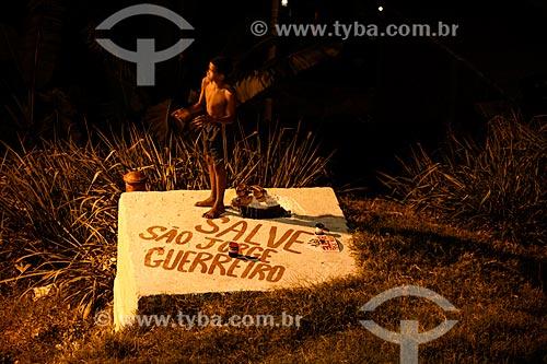 Assunto: Menino empinando pipa à noite - Morro do Salgueiro / Local: Tijuca - Rio de Janeiro (RJ) - Brasil / Data: 07/2014