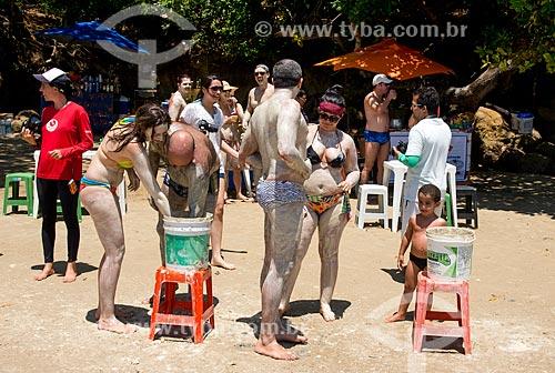 Assunto: Banhistas na Praia de Guadalupe passando argila no corpo como protetor solar e removedor de manchas na pele / Local: Sirinhaém - Pernambuco (PE) - Brasil / Data: 12/2013
