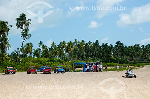 Assunto: Bugueiros e quiosques na Praia de Burgalhau / Local: Maragogi - Alagoas (AL) - Brasil / Data: 12/2013