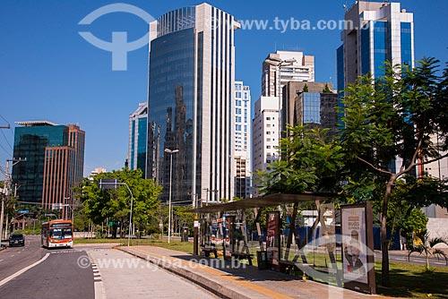 Assunto: Ponto e faixa exclusiva para ônibus na Avenida Juscelino Kubitschek - próximo à Avenida Santo Amaro / Local: Itaim Bibi - São Paulo (SP) - Brasil / Data: 03/2014