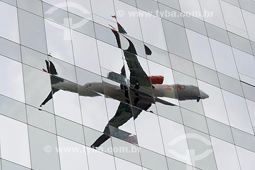 Assunto: Reflexo de avião na fachada de edifício comercial / Local: Itaim Bibi - São Paulo (SP) - Brasil / Data: 03/2014