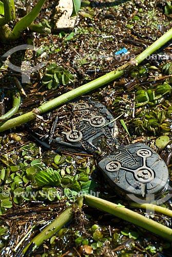 Acúmulo de lixo na margem do Lago Guaíba na região do cais do porto  - Porto Alegre - Rio Grande do Sul - Brasil