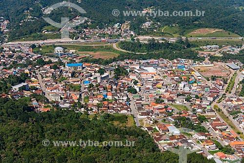 Foto aérea da cidade de Juquitiba com a Rodovia Régis Bittencourt (BR-116) ao fundo  - Juquitiba - São Paulo (SP) - Brasil