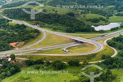 Foto aérea da Rodovia Régis Bittencourt (BR-116) no cruzamento com a Rodovia Padre Manoel da Nóbrega (SP-055)  - Miracatu - São Paulo (SP) - Brasil