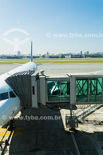 Avião e passarela de acesso a aeronaves no Aeroporto de Congonhas (1936)  - São Paulo - São Paulo (SP) - Brasil