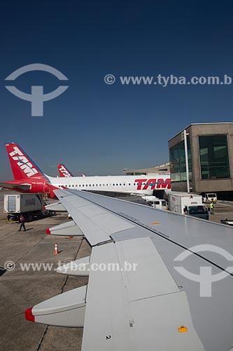 Detalhe de asa de avião com aviões da TAM Linhas Aéreas ao fundo no Aeroporto de Congonhas (1936)  - São Paulo - São Paulo (SP) - Brasil