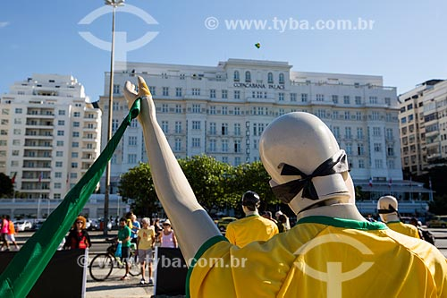 Manifestação contra os gastos da Copa do Mundo na Praia de Copacabana realizada pela ONG Rio de Paz com o Hotel Copacabana Palace (1923) ao fundo  - Rio de Janeiro - Rio de Janeiro (RJ) - Brasil