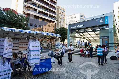 Barracas na Feira Hippie de Ipanema com a estação General Osório do Metrô Rio ao fundo   - Rio de Janeiro - Rio de Janeiro (RJ) - Brasil